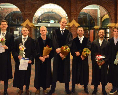 De to vinnerlagene som er klare for finalen. Her sammen med semifinalens dommere. Foto: Haakon Dahle