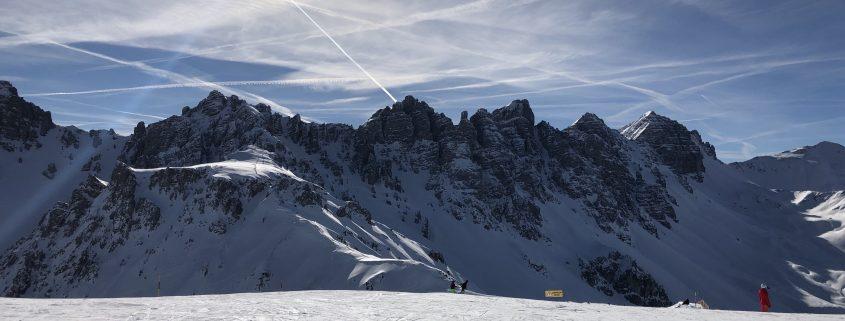 Les reisebrevet til Celine Skjensvold Bellamy fra ELSA Innsbrucks vinterskole om sportsrett.