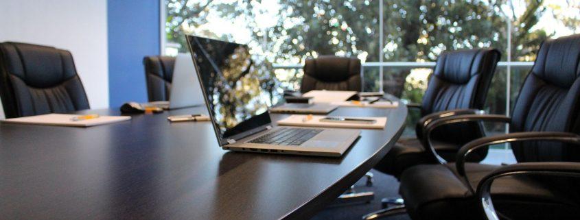 Bilde av PC på et forhandlingsbord.